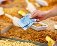 оплачивать продукты стоковые фото