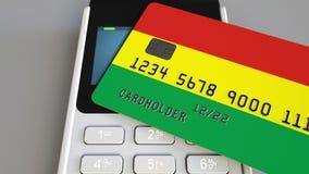 Оплачивать с картой банка с флагом Боливии Боливийские розничные продажи или 3D анимация банка схематическая акции видеоматериалы