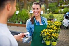 Оплачивать с кредитной карточкой на садовом центре стоковые изображения rf