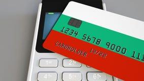 Оплачивать с пластиковой картой с флагом Болгарии Болгарские розничные продажи или 3D анимация банка схематическая видеоматериал