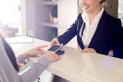 Оплачивать с современным Smartphone стоковые фото