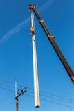 Опора линии электропередач электричества крана поднимаясь Стоковые Фотографии RF
