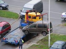 Опорожнение автомобиля, автомобиль города на малой тележке стоковые фотографии rf