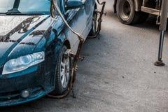 Опорожнение автомобиля в центре города Автомобиль поднят стоковое фото rf