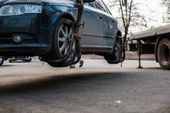 Опорожнение автомобиля в центре города Автомобиль поднят стоковые изображения rf