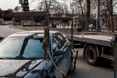 Опорожнение автомобиля в центре города Автомобиль поднят стоковая фотография rf