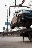 Опорожнение автомобиля в центре города Автомобиль поднят стоковое фото