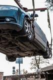 Опорожнение автомобиля в центре города Автомобиль поднят стоковые изображения