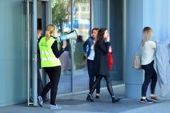Опорожнение офисного здания Люди выходят из здания на входной двери стоковые изображения rf
