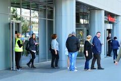 Опорожнение офисного здания Люди выходят из здания на входной двери стоковое фото rf