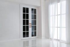 Опорожните белую комнату с большим окном и стеклянной французской дверью стоковое фото rf