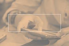 Опорожните белую рамку на тоне дуо женщины используя мобильный телефон на res Стоковые Изображения
