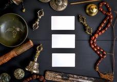 Опорожните белые визитные карточки посреди азиатского религиозного objec Стоковые Изображения RF