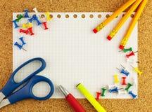 Опорожните белый лист бумаги для вашего текста с карандашами, красной ручки, scissor, пожелтейте highlighter Стоковое Изображение