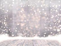 Опорожните бетон когда идти снег и таблица льда деревянная с снегом готовым для продукта показывают монтаж стоковое изображение rf