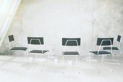 Опорожните белую комнату с стульями, чашками кофе и аксессуарами othe Стоковое Изображение RF