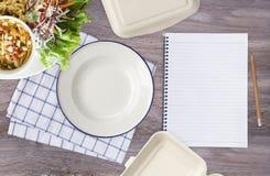 Опорожните белую плиту с салфеткой, блокнотом, карандашем, бумажной коробкой еды Стоковое Изображение