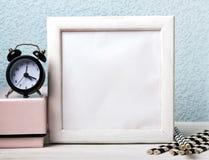 Опорожните белую рамку, черные часы и бумажные соломы стоковая фотография rf