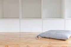 опорожните белые книжные полки, шкаф стены с деревянным полом Стоковые Фотографии RF