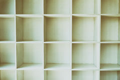опорожните белые книжные полки, шкаф стены с деревянным полом Стоковая Фотография RF