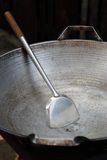 Опорожните большой лоток и ветроуловитель или флиппер используемые в жарить стоковая фотография