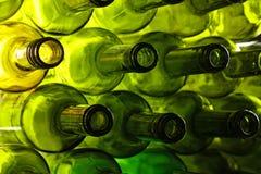Опорожните бутылки вина зеленого стекла изолированные на белизне Стоковое Изображение RF