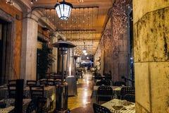 Опорожните внешний ресторан в центральном Риме в романтичной атмосфере Стоковое Изображение RF