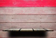 Опорожните деревянную полку с деревянной нашивкой красного цвета стены Стоковая Фотография RF