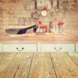 Опорожните деревянную винтажную таблицу над предпосылкой запачканной кухней стоковые фотографии rf