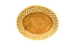 Опорожните деревянную плетеную корзину плиты изолированную на белизне Стоковое Изображение