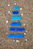 Опорожните деревянные стрелки с раковинами на пляже внутри Стоковые Изображения