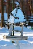 Опорожните деревянный фидер птицы в парке на wintertime Стоковая Фотография RF