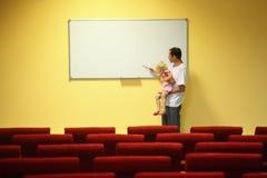 опорожните залу девушки отца меньшее представление Стоковые Фото