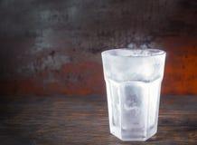 Опорожните замороженное стекло пива на старом темном столе Стоковая Фотография