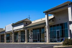Опорожните здание магазина переднее в потребности ремонта Стоковые Фото