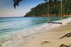 Опорожните качание на тропическом пляже Стоковое Изображение RF