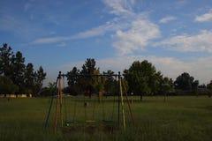 Опорожните качания в парке игры Стоковые Фото