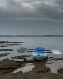 Опорожните каяк сидя на крае озера Стоковое фото RF