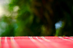 Опорожните красную таблицу и запачкайте resturant предпосылку, взгляд улицы стоковая фотография rf