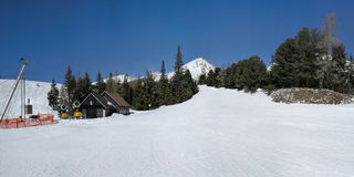Опорожните красный piste на Strbske Pleso, лыжном курорте Solisko, съемке на Ea стоковые изображения rf