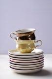 Опорожните красочные tableware, чашки и плиты фарфора на предпосылке сирени Стоковая Фотография RF