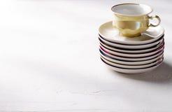 Опорожните красочные tableware, чашки и плиты фарфора на серой предпосылке Стоковые Изображения RF