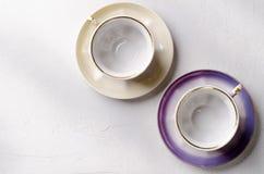 Опорожните красочные tableware, чашки и плиты фарфора на серой предпосылке Стоковое Изображение RF