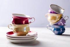 Опорожните красочные tableware, чашки и плиты фарфора на сирени, серой предпосылке Стоковое Изображение RF