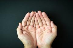 Опорожните приданные форму чашки руки Стоковые Фотографии RF