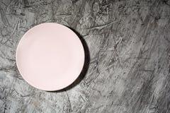 Опорожните розовую плиту на конкретной предпосылке с космосом экземпляра Плоское положение стоковое изображение rf