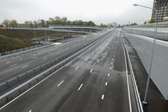 Опорожните серое шоссе, общительное к горизонту сфокусируйте мягко Стоковое Фото