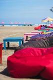 Опорожните снабженные подкладкой стулья и loungers на пляже Стоковая Фотография