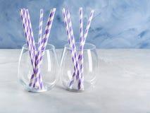 Опорожните стекла питья с соломами партии Стоковые Изображения