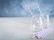 Опорожните стекла питья с соломами партии Стоковая Фотография RF